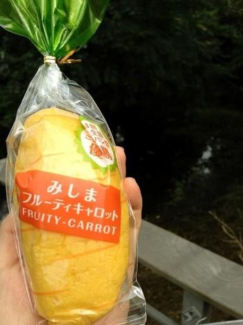 柔らかなパンに、甘さやカロテンが豊富といわれる三島ブランド・三島ニンジンを甘く煮たクリームがサンドされています。