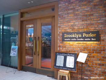 新宿三丁目駅のすぐ近く、マルイアネックスの地下にある「ブルックリンパーラー」は、ブルーノートジャパンがプロデュースするお店。食だけでなく、音楽と本も楽しめるとってもオシャレな空間です。
