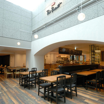 店内奥は、天井がガラスになっていて明るい自然光が入ります。広々としてゆったりできる空間です。