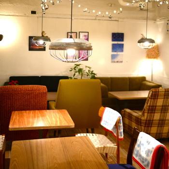 最後はこちらの「スコップカフェ」。ビルの地下にあり、隠れ家的なカフェです。北欧風の落ち着いた空間で、時間を忘れてのんびり過ごせそうです。