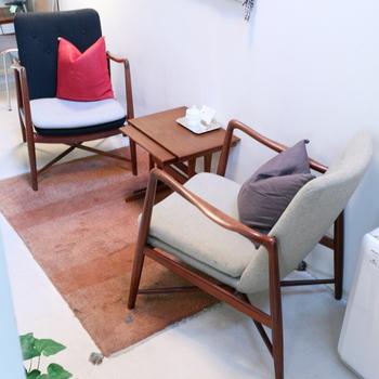 落ち着いた空間と極上のおもてなしに感服。北欧家具ファンなら、店中の名椅子の数々に目が飛びててしまうかも。  美術館クラスの椅子も、こちらでは実際に腰かけることができます。こちらは『フィン・ユール』デザイン、ボヴィルケ社の「BO-59」。