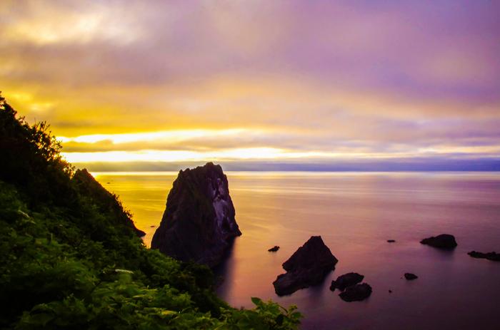 島武意海岸は、夕陽の名所としても知られています。沈みゆく太陽が空に浮かぶ雲を赤く染め、赤く染まった雲を静かな海面が鏡のように映し出し、この世のものとは思えないほど神秘的な景色が現れます。
