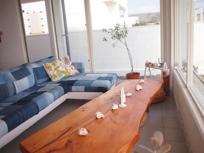 ソファでくつろぐのも癒される、ロケーション最高な海辺のカフェです。