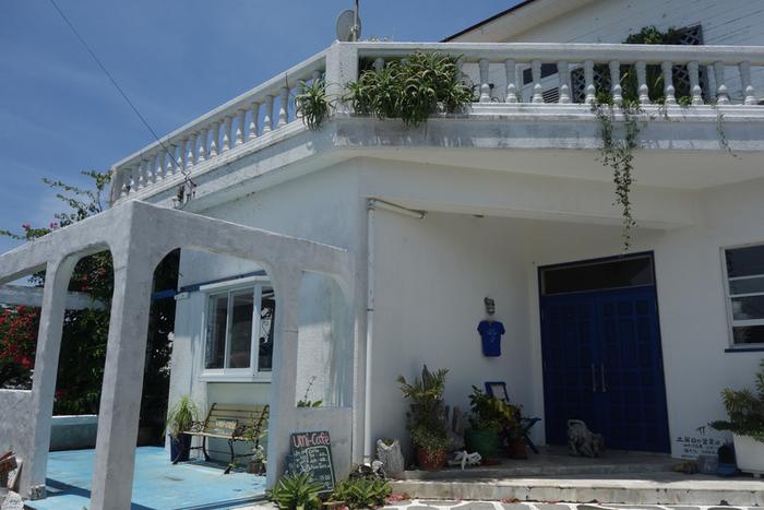 ギリシアのミコノス市と姉妹提携している与論島には、その名もギリシア村があります。その村の中心にある「海カフェ」の白い壁はギリシアの雰囲気を感じます。