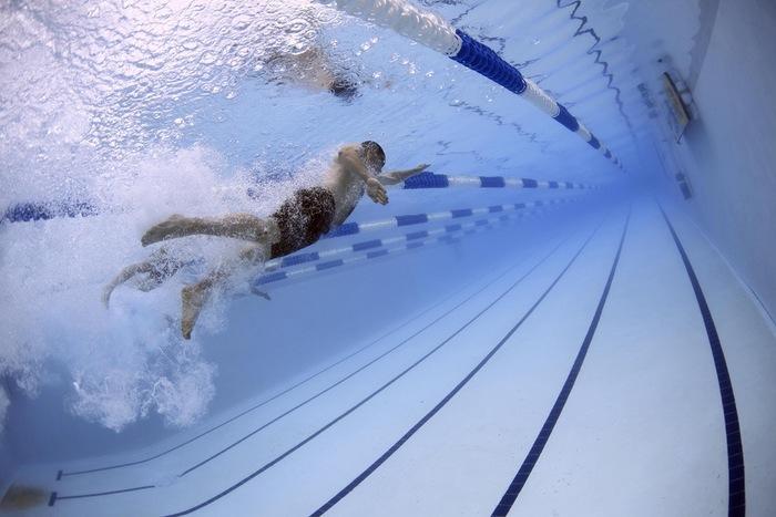ダイエットにも効果的な水泳。上手に泳ぐことができなくても、水中を歩くだけで、通常のウォーキングの約2倍の消費カロリーがあるんだとか!筋力がつくことで代謝もUPするので、普段から足のムクミが気になる人にもおすすめです。