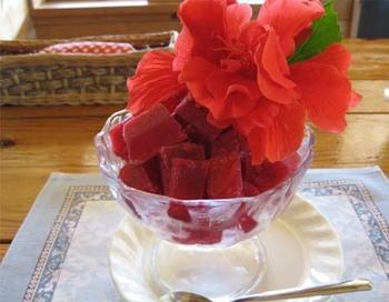 「シャロン」のハイビスカスシャーベット。真っ赤なハイビスカスが南国気分いっぱい。