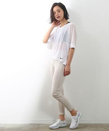 ランニングの基本的な服装は、ウェア、パンツ、シューズ。動きやすくストレッチ性のあるこんなパンツは、ひとつあるととっても便利!ランニングウェアにもしっかりとトレンドを取り入れて、ホワイトで統一してみるのもお洒落ですね。