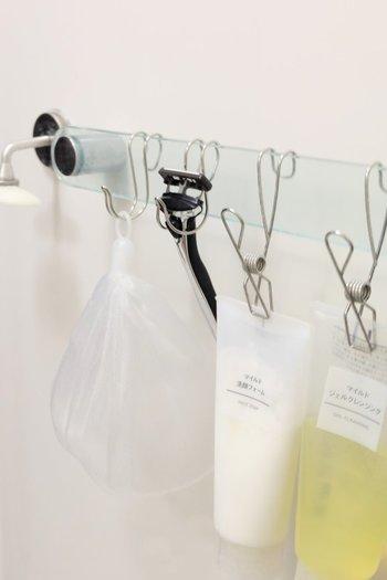 """バスルームの備え付けの棚も便利だけど、置きっぱなしだとヌメリや水垢が気になりませんか?そんな時は""""吊るして収納""""がおすすめ。吊るしておくことで乾燥が早くヌメリ知らずに♪"""