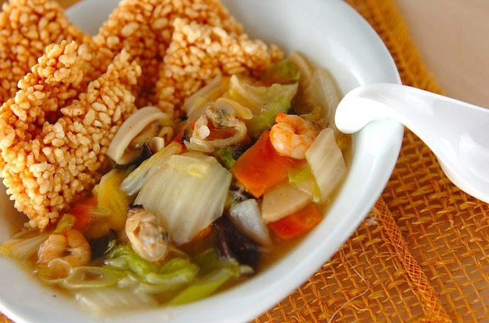 アツアツのおこげに、肉や魚介、野菜などのあんをかける四川料理の鍋巴(グオパー)は、日本でも中華おこげや海鮮おこげなどの名前で人気ですね。あんをかけるときのじゅわっという音もごちそう。中国の家庭では、ご飯を乾燥させておこげを作ります。