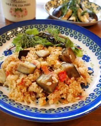 ピラフの発祥はトルコって、ご存知でしたか?トルコ料理の「ピラウ」がフランスに渡って「ピラフ」になり、インドでは「プラオ(プラ―オ)」、イランで「ポロウ」…などなど名前を変えて各地に広がっていきました。肉や魚介とともに生米を炒め、炊き込みます。