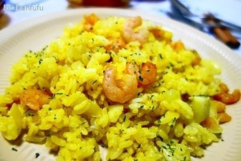 かつてイギリスの植民地だったインドから伝わり、イギリス風にアレンジされていったカレー風味の米料理。ヴィクトリア朝時代には、朝食として人気があったそうです。本来は、干しダラとロンググレインライスを使いますが、他の魚介類でもいいそうです。