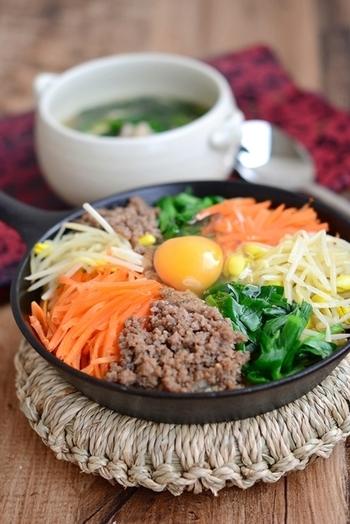 ビビンバ、ビビンパ、ピビンパなど表記はさまざま。韓国料理は混ぜるスタイルが一般的で、その代表格がピビンパです。キムチや肉、卵などの具がのっており、コチュジャンやごま油などを加え、よく混ぜて食べます。石鍋でつくれば、おこげができて美味。