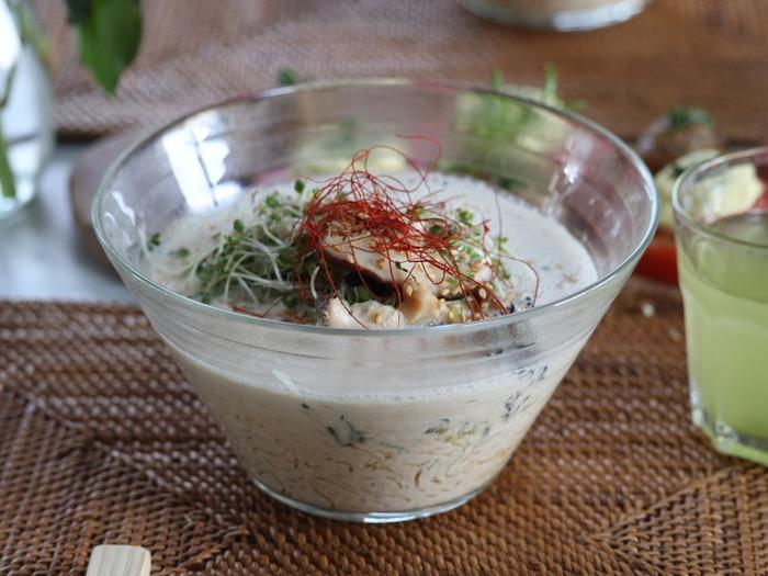 はじめにご紹介するのは、なんと「一切火を使わずに調理する」ヘルシーローラーメンです!麺はさっと水洗いして食べられる海藻麺を使い、スープは材料をブレンダーでかくはんするだけ。火を使わずに美味しいラーメンが作れるので、これからの季節にぜひおすすめですよ♪