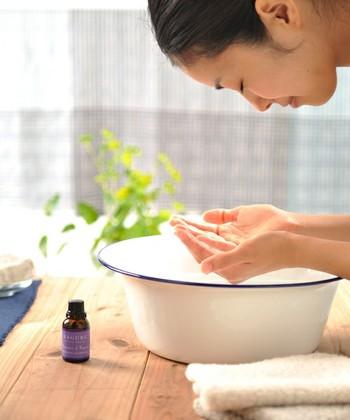 いずれのクレンジング方法も、肌をこすらないことが重要です。摩擦は、色素沈着やくすみの原因につながるので要注意。
