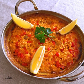 「アロス・ア・バンダ」とは、ブイヤベースのスープで炊き上げたスペインの米料理。パエリアは魚介類と米をいっしょに炊くのに対して、こちらは魚介を先に調理し、そのスープで米を炊きます。具は、米とは別に盛るスタイル。魚介に火が通りすぎず、ちょうどいい仕上がりで引き上げることができるのが大きな特徴です。