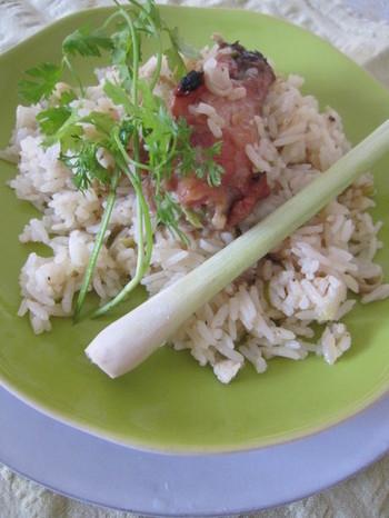 ベトナムでは、鶏とレモングラスの炊き込みご飯が定番で「コム・タイ・カーム」と呼ばれています。お米とエビや豚肉、野菜などをヌクナムを入れて土鍋で炊き込みます。ベトナムは、パラパラしたインディカ米が主流です。