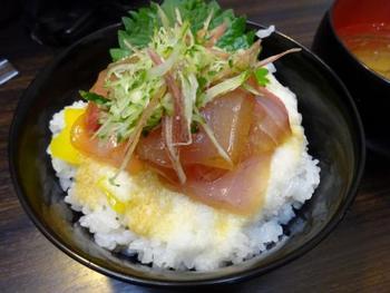 朝ごはんに北陸の海鮮丼はいかが? 朝市ならではの贅沢です。