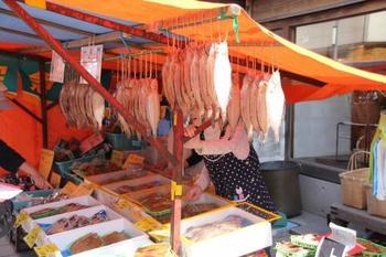 お土産にもおすすめの干物も販売しています。地元の方とのコミュニケーションを楽しみながらお買い物できますよ。
