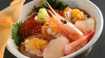 どんぶり横丁では、北海道の海の幸がふんだんに盛られた海鮮丼などが味わえます。
