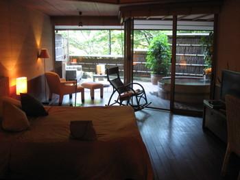 客室は全室、温泉露天風呂付き。バリと和のテイストをミックスしたモダンなインテリアでゆったりと寛げます。