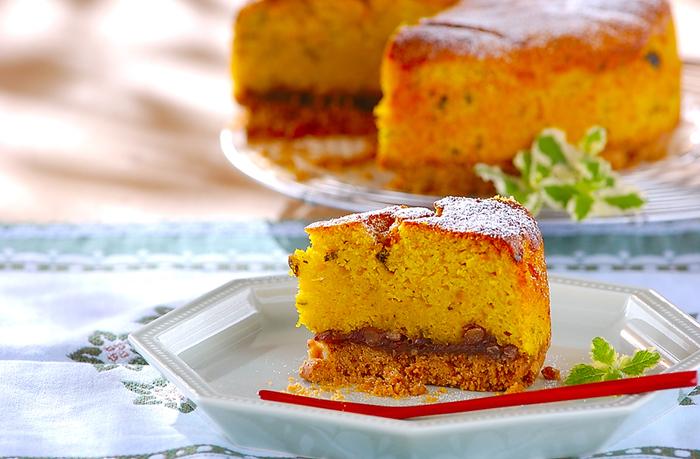 ケーキの台にはクッキーを使っていますので、しっとりとした味わいと、サクっとした食感を同時に楽しめます。かぼちゃとの相性がピッタリの、ゆで小豆もサンド。どこか懐かしい…優しい味わいのケーキです。