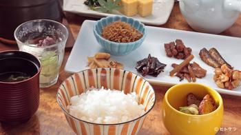 おすすめは注文を受けてからご飯を炊き上げる「お茶漬け膳」。1膳目はそのままで、2膳目は特製の出汁をかけてお茶漬けにして召し上がれ♪