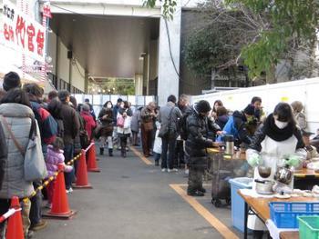 お昼頃には長蛇の列になってしまい、夕方には売り切れてしまうそうです。午前中、早めに購入するのがおすすめ。
