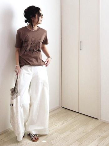 ブラウンのキャラTを、リネンパンツやアクセサリーなどの上品な小物使いでぐっと大人っぽく。ゆるりとした抜け感のある着こなしが素敵です。