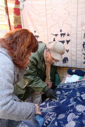 中国、インド、カンボジアなど、アジアの布地を扱っているお店。ちなみに、こちらは中国雲南省の少数民族の藍染の布地。