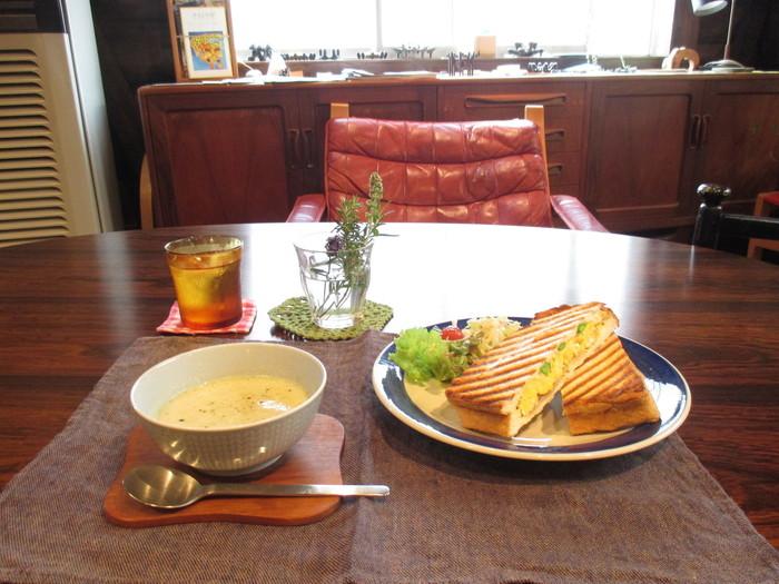 ランチには、北欧食器に盛り付けられたホットプレスサンドやスープをどうぞ。