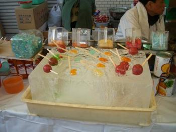 氷の上に並べられたカラフルな御菓子。子供の頃の縁日を思い出します。
