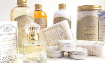 『サンタール・エ・ボーテ』のノンアルコールのクリームタイプの練り香水です。お肌の保護や保湿も兼ね備えた、ナチュラルでやわらかな香り。クラシカルなパッケージも素敵。清潔感溢れる香りが3種類揃っています。