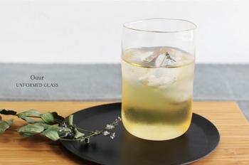 """何も際立った特徴がない、といえばそうみえるかもしれません。でもこの柔らかな""""歪んだ""""ラインが最大の特徴。また飲み物が美しく見えるようにこだわって作られた透明度の高いガラスも魅力です。"""