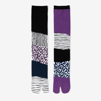 東山三十六峰 紫翠(しすい)  日本一の靴下生産量を誇る奈良県の大和高田市で生産された、膝下の足袋下。左右異なる柄がパッと目を引きます。