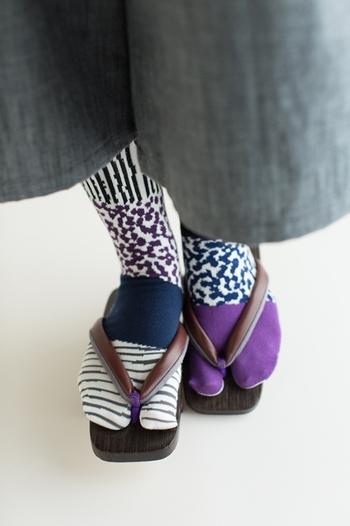 通常の靴にはもちろんのこと、下駄や草履にもピッタリ。あえてシンプルなコーデに合わせて、靴下を際立たせたい。
