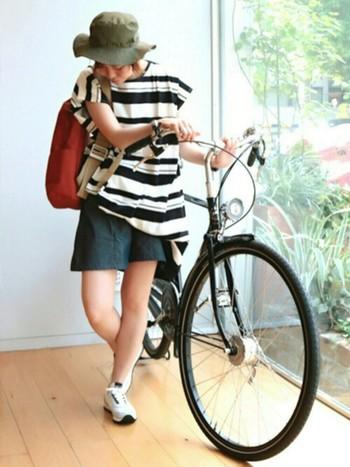 短距離のサイクリングなら、通気性の良いTシャツやハーフパンツで軽やかに♪撥水&防水性のあるハットがあれば、日差しも避けてくれ、急な雨にも対応。ハットのカーキとリュックの赤が、カジュアルなアクセントに。