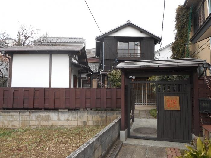 多摩川線下丸子駅から徒歩で向かうと見えてくる懐かしい家屋。「昭和のくらし博物館」は、昭和26年に建築された庶民の住宅を家財道具ごと保存し公開している博物館です。日常の暮らしについて、ゆっくりと考えたくなる博物館です。