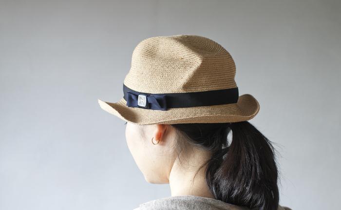 陶器のボタンがあしらわれた帽子。神戸の帽子セレクトショップ「mature ha.」とのコラボ商品です。くしゃっとしたしわがニュアンスを生みます。