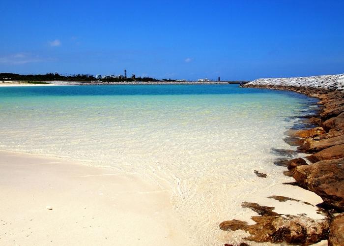美しいサンゴ礁に囲まれた白いビーチは「東洋の真珠」と呼ばれるにふさわしい。