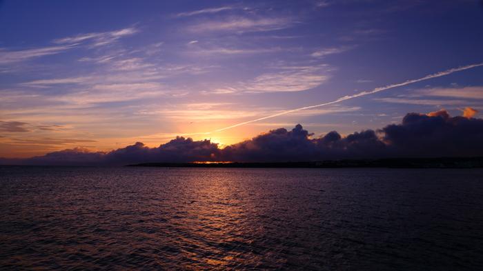 日の出はまさに絶景。与論島の海の美しさ、昇る日の美しさが出会う一瞬を心に残したい人はぜひ。