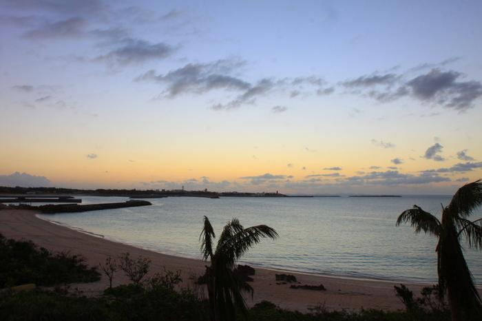 プライベートビーチは夕日を浴びて、素敵な海辺の散歩ができます。
