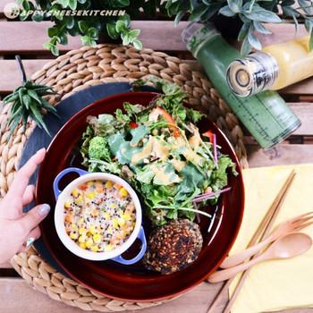 インドネシア発祥の「テンペ」は、大豆をテンペ菌で発酵させた健康食品です。マクロビオティックでよく使われる食材で、お肉のようなしっかりした満足感が味わえるのも特徴。こちらのテンペハンバーグは材料をこねて焼くだけなので、時間がない時もササッと簡単に作れますよ♪