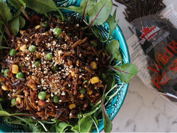 """近年日本でも、栄養価の高い穀物として注目されている「ワイルドライス」。名前は""""ライス""""ですが、実はお米ではなくイネ科の植物の""""種子""""なんだそうです。玄米と同じく低カロリーで、ビタミン・鉄分・マグネシウムなど栄養も豊富。こちらのようにサラダで食べると、お野菜もたっぷり摂れてヘルシーですね♪"""