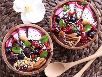 ブラジル原産のヤシ科のフルーツ「アサイー」も、ポリフェノールや鉄分など豊富な栄養素を含む食品です。近年日本の女子の間でも、ダイエットや美容効果で注目されていますよね。生のフルーツは手に入りづらいですが、ピューレなら比較的簡単に購入できます。見た目もおしゃれなアサイーボウルで、元気な朝をスタートしませんか?
