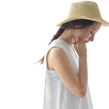 トップがポコッと凹んだこんなデザインも、面長の人には似合います。プレーンな麦わら帽子は、夏のどんな着こなしにも馴染んでくれる万能ハットです。