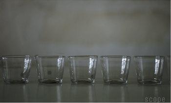 さきほどのはたっぷり入るタンブラーサイズ。こちらはグラスサイズ。こうやって並べてみると、手作りゆえの角がないまあるい印象でかわいい。