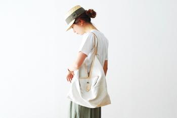 ワークキャップタイプの麦わら帽子は、カジュアルな装いにぴったり♪面長の人は帽子を浅く被ってあげることで、よりバランス良く見せることができますよ。