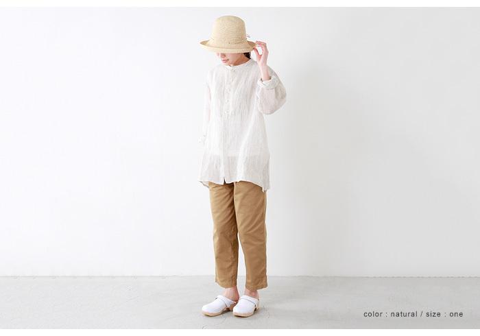 リネンの白いブラウスと麦わら帽子の組み合わせは、夏に取り入れたい定番のナチュラルコーディネート♪ツバ部分を折り曲げることができるので、自分の顔に合わせて調整できるのが嬉しいですね。