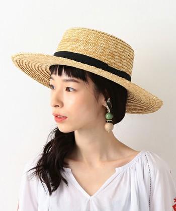 大人っぽい印象を与えるのが【面長型】の顔立ち。もともと縦長のラインを持っているので、帽子はこんなふうにトップが平らなものがバランスが取りやすいんです。