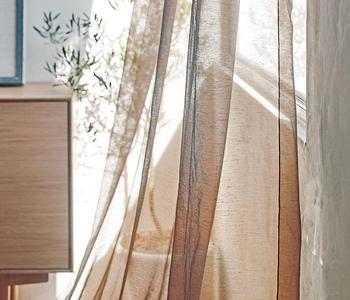 リネンをブレンドした生地は、蜻蛉の羽のように風にふわりと舞います。5色展開なので、お部屋ごとに色違いで掛けてみたり、異なる色で二重掛けしてみたりとオシャレな部屋づくりを楽しめます。 ティアン フラットカーテン/ACTUS